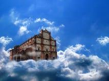 Kasteel, kerk in lucht, wolken, hemel Stock Afbeelding