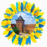 Kasteel in Lutsk met bloemblaadjes in kleuren van Oekraïense vlag wordt ontworpen die Royalty-vrije Stock Afbeeldingen
