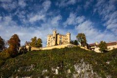 Kasteel met Bewolkte Hemel, Schloss Hohenschwangau - Fussen, Duitsland Stock Afbeelding