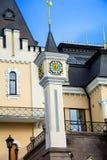 Kasteel met een toren en een klok royalty-vrije stock afbeeldingen