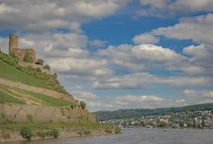 Kasteel met hemel, wolken, Boot en rivier Stock Fotografie