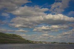 Kasteel met hemel, wolken, Boot en rivier Stock Foto's