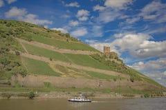 Kasteel met hemel, wolken, Boot en rivier Royalty-vrije Stock Fotografie
