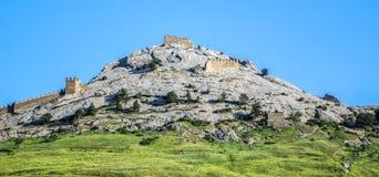 Kasteel met vestingmuur op de heuvel stock fotografie