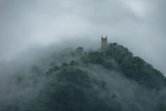 Kasteel op de berg in een mist Royalty-vrije Stock Foto's