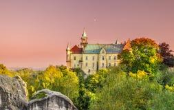 Kasteel op de heuveltop die door de herfst gekleurde bomen wordt omringd Royalty-vrije Stock Foto