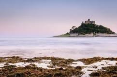 Kasteel op een eiland door oceaan wordt omringd die Royalty-vrije Stock Foto's