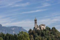 Kasteel op het de de heuvellandschap, bergen en pieken op achtergrond Royalty-vrije Stock Foto
