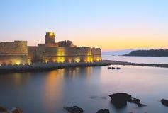 Kasteel op het overzees van Le Castella, Italië, zonsondergang Royalty-vrije Stock Foto