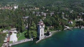 Kasteel Panorama van het schitterende die Meer Garda door bergen, Italië wordt omringd Video die met hommel schieten stock footage