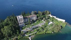 Kasteel Panorama van het schitterende die Meer Garda door bergen, Italië wordt omringd Video die met hommel schieten stock videobeelden