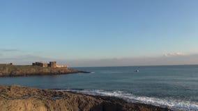 Kasteel, Rotsen, vissersboot, golven stock videobeelden