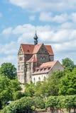 Kasteel Seeburg in Duitsland tres tussen bomen over het zoete meer royalty-vrije stock afbeeldingen