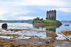 Kasteel Stalker op Loch het Meer van Linnhe, Schotse Hooglanden stock foto