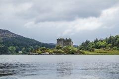 Kasteel Tioram - een geruïneerd kasteel op een getijdeeiland in Loch Moidart, Lochaber, Hoogland, Schotland royalty-vrije stock fotografie