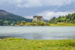 Kasteel Tioram - een geruïneerd kasteel op een getijdeeiland in Loch Moidart, Lochaber, Hoogland, Schotland royalty-vrije stock foto's