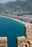 Kasteel van Alanya op rotsen en strand van Cleopatra wordt voortgebouwd dat Stock Foto