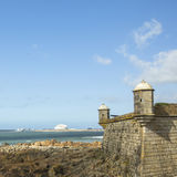 Kasteel van de Kaas (Matosinhos Castelo do Queijo) en branding bij de rotsachtige kust van de Atlantische Oceaan in Porto Stock Foto's