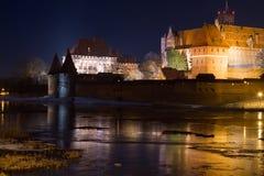 Kasteel van Malbork bij nacht Stock Afbeeldingen