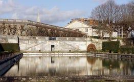 Kasteelpark en vijver in heilige-Wolk - Frankrijk Stock Fotografie