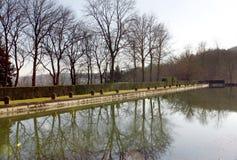 Kasteelpark en vijver in heilige-Wolk - Frankrijk Stock Foto's