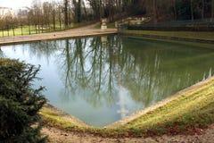 Kasteelpark en vijver in heilige-Wolk - Frankrijk Royalty-vrije Stock Afbeeldingen