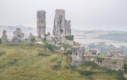Kasteelruïne op een heuvel met gebieden Stock Foto