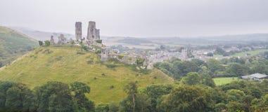 Kasteelruïne op heuvel met heldere grijze hemel Royalty-vrije Stock Foto