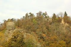 Kasteelruïne Zboreny Kostelec in de herfst, Tsjechische republiek stock foto's