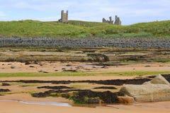 Kasteelruïnes bovenop heuvel door overzees royalty-vrije stock foto