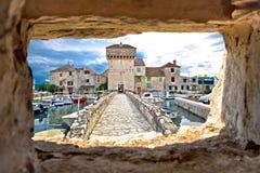 Kastel Gomilica par la vue en pierre de fenêtre Images stock