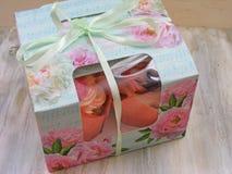 Kasten Blumenkleine kuchen, sortierte kleine Kuchen im Papierkasten Stockfotos