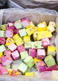 Kasten bunte Bonbons im französischen Markt lizenzfreie stockfotos