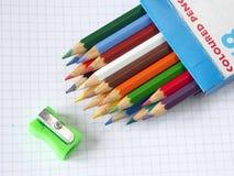Kasten der farbigen Bleistifte und des Bleistiftspitzers Stockfotografie