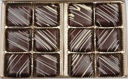 Kasten der französischen Schokoladen-Süßigkeit lizenzfreie stockbilder