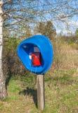 Kasten des allgemeinen Telefons im Wald Stockfotos