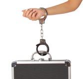 Kasten des Geldes in den Handschellen mit der weiblichen Hand, lokalisiert Lizenzfreie Stockfotos