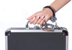 Kasten des Geldes in den Handschellen mit der weiblichen Hand, lokalisiert Stockfotos