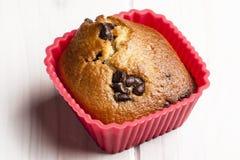Kasten des Muffin-weißer Holztisch-roter kleinen Kuchens Lizenzfreies Stockfoto