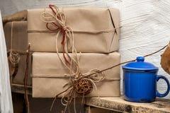 Kasten eingewickeltes übliches graues Papier und gebunden Lizenzfreie Stockfotos