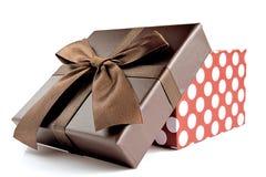 Kasten für ein Geschenk mit einer offenen Abdeckung auf einem weißen Hintergrund Lizenzfreies Stockbild