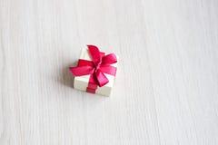 Kasten für Ringe mit einem roten Band auf dem Tisch Stockfoto