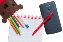 Kasten für Stifte und Telefon lokalisiert Stockbilder