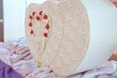 Kasten für Wünsche und Geld für die Heirat Hochzeitszubehör im rustikalem, Hochzeitskasten in der Herzform und in der weißen Farb Stockfotos