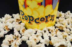 Kasten frisches Popcorn auf schwarzem Hintergrund Stockfoto