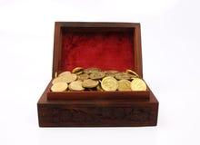 Kasten gefüllt mit Goldmünzen Stockbild