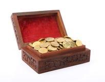 Kasten geladen mit indischen Goldmünzen Stockbilder