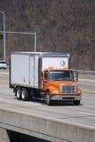 Kasten-LKW auf Datenbahn stockbilder