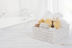 Kasten mit Badekurortprodukten auf Holz über unscharfem Badezimmerinnenraum lizenzfreie stockfotografie