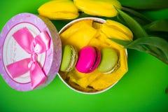 Kasten mit Beerenfrühlingsfarbmakronen-Tulpenhintergrund für Valentinsgrüße bemuttern Frauentag Ostern mit Liebe Stockbild